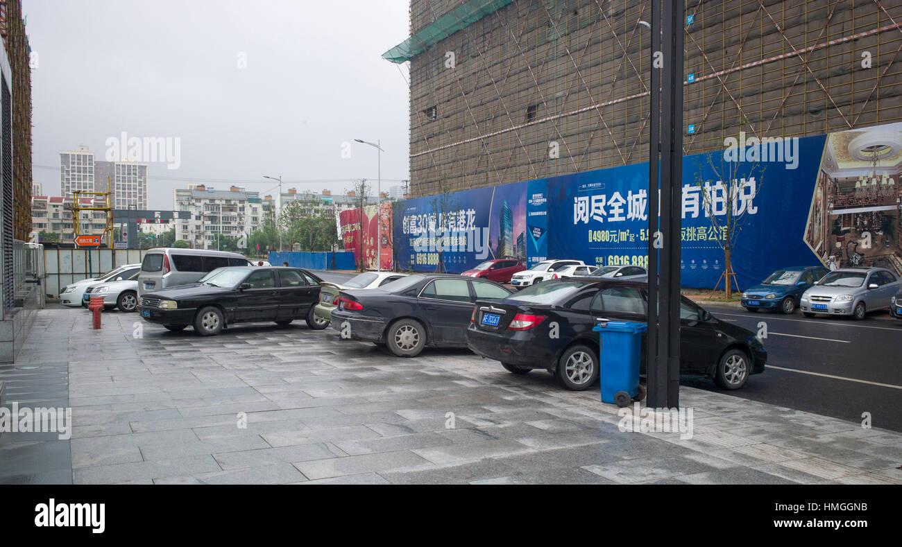 Parken auf Gehweg unfreundlich für Fußgänger, Suzhou, China Stockbild