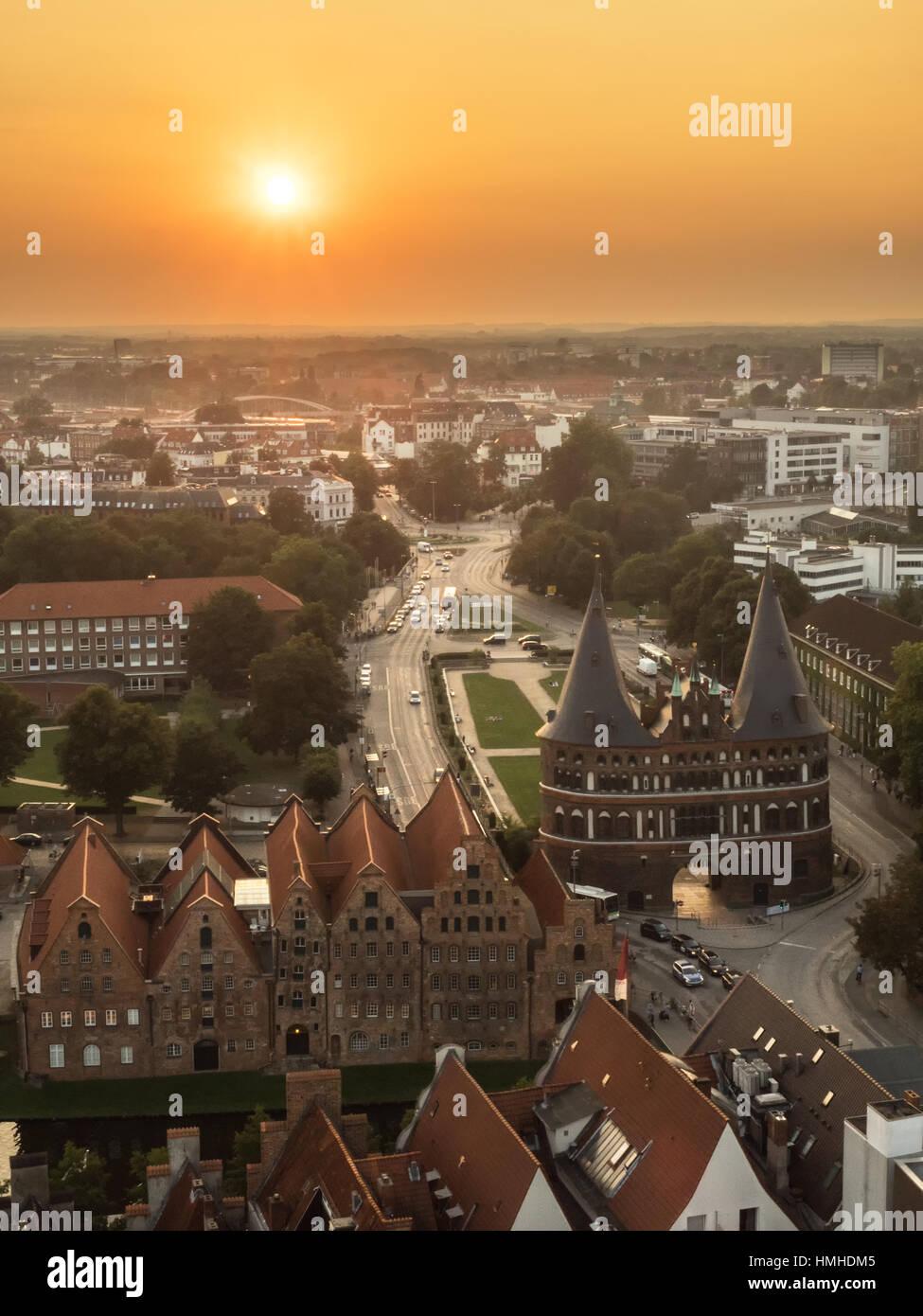 Luftaufnahme der Stadt Lübeck, bei Sonnenuntergang Stockbild