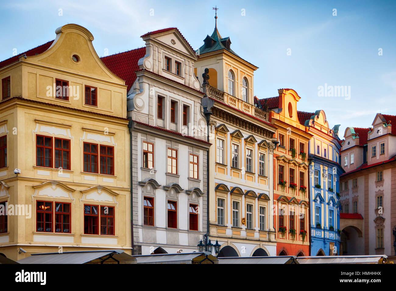 Niedrigen Winkel Ansicht von bunten Häusern auf dem Altstädter Ring, Prag, Tschechische Republik Stockbild