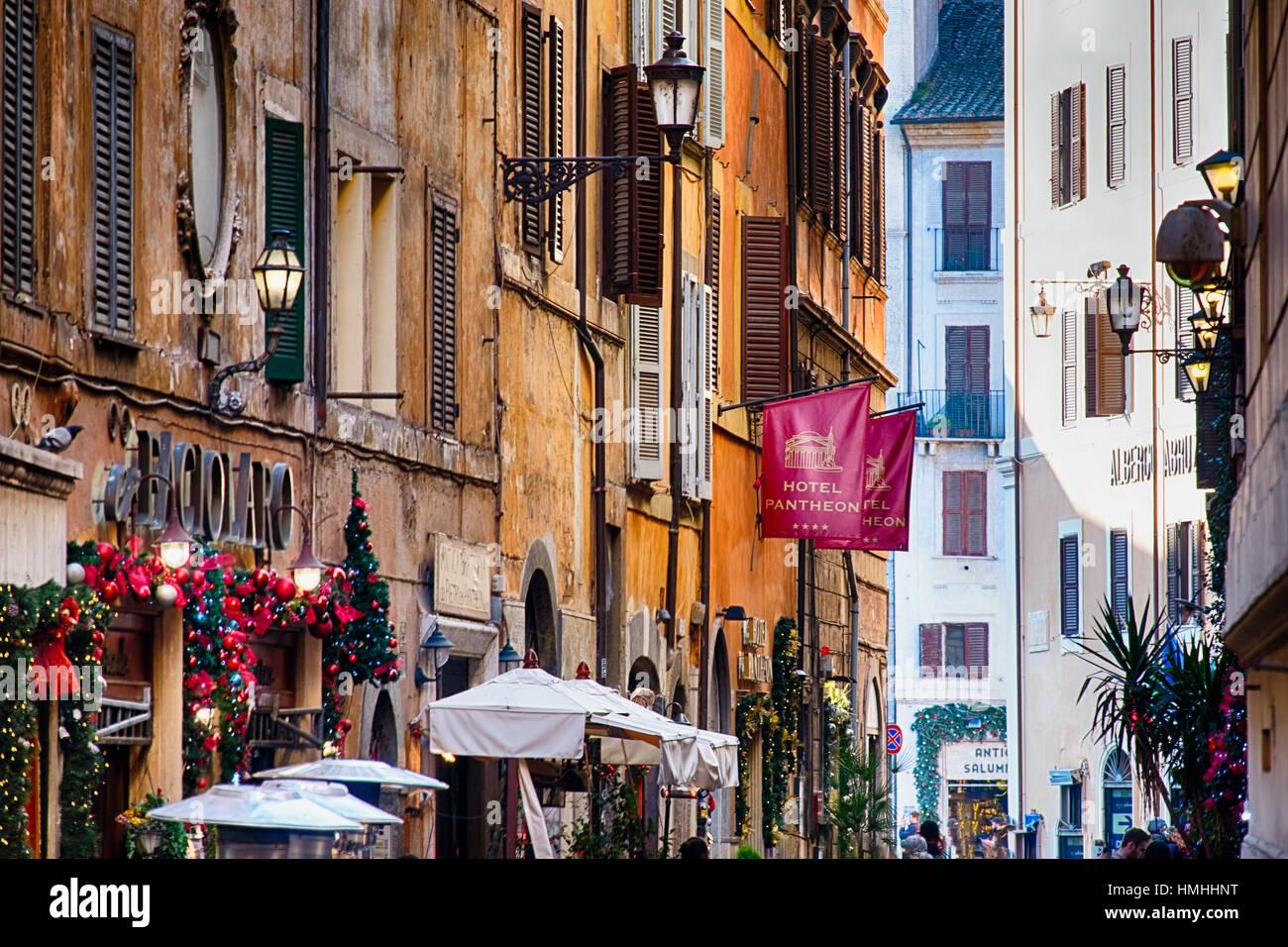 Straße im zentralen Rom während der Weihnachtsferien, Via dei Pastini, Rom, Latium Stockbild