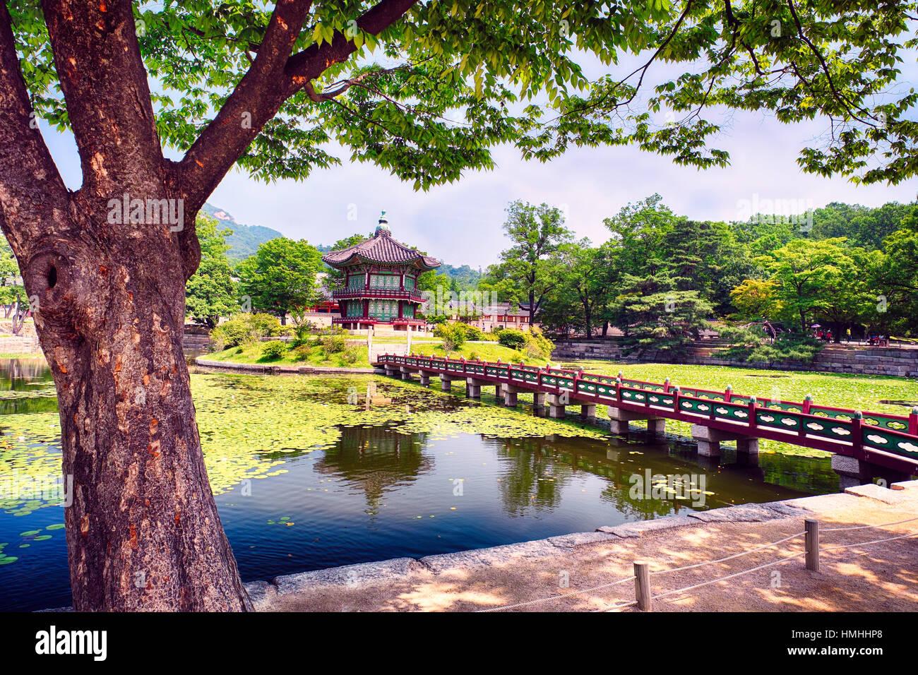 Fußgängerbrücke führt zum Pavillon von weitreichenden Duft, Gyeongbokgung Palast; Seoul, Südkorea Stockbild