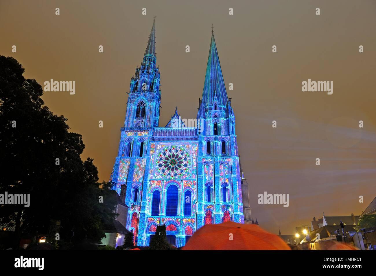 Beleuchtung an der Südfassade der Kathedrale von Chartres, Eure-et-Loir Abteilung, Region Centre, Frankreich, Stockbild