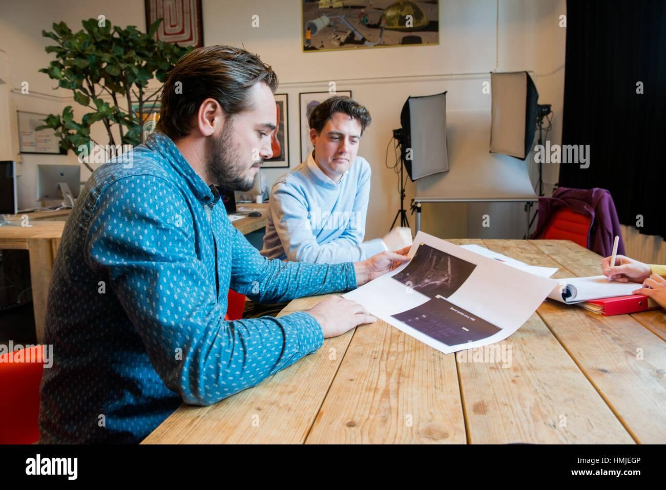 Utrecht, Niederlande. Zwei professionelle, kreative Männer und Künstler erläutern ihre Arbeit in Stockbild