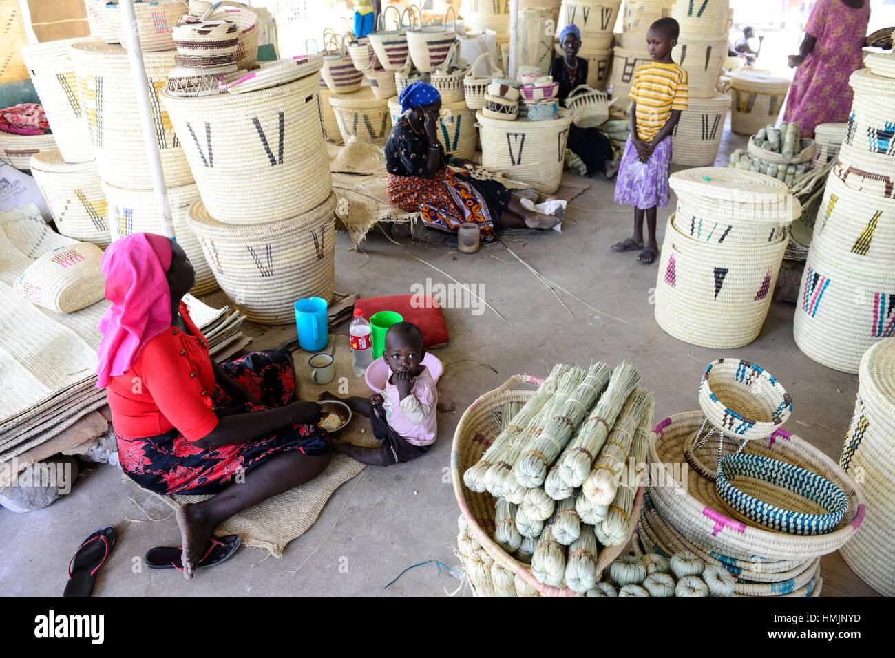 Kenia Turkana, Lodwar, Frauen machen Körbe zum Verkauf an einen Handwerkermarkt / KENIA Turkana, Lodwar, Frauen Stockbild