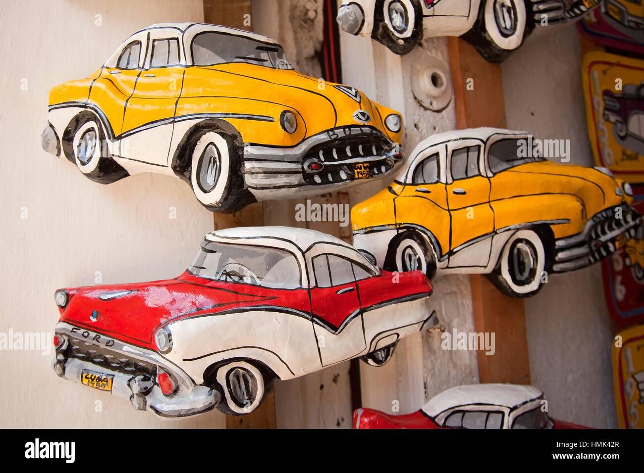 Malte papier Papiermache Modellautos am Eingang eines Ladens, Trinidad, Sanctí Spíritu Provinz, Kuba, Stockbild