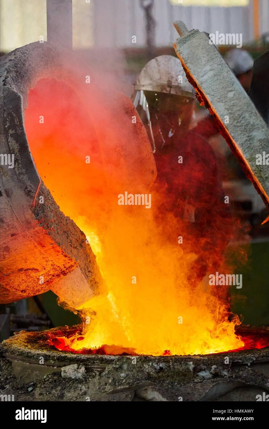 Gegossene Metall, Stahlgießerei, schmelzen, gießen. Navarra. Spanien Stockbild