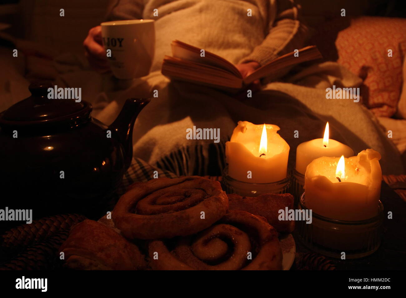 Entspannen Sie An Einem Winterabend Bei Kerzenschein In Gemütlicher, Hygge  Inspiriert, Englisch Wohnzimmer Mit Tee, Eine Decke, Ein Buch Und Gebäck