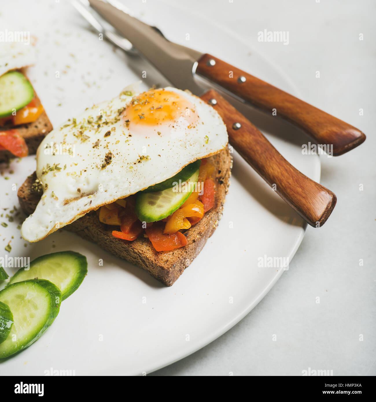 Frühstück Toast mit Spiegeleiern, Gemüse. quadratische Ernte Stockbild