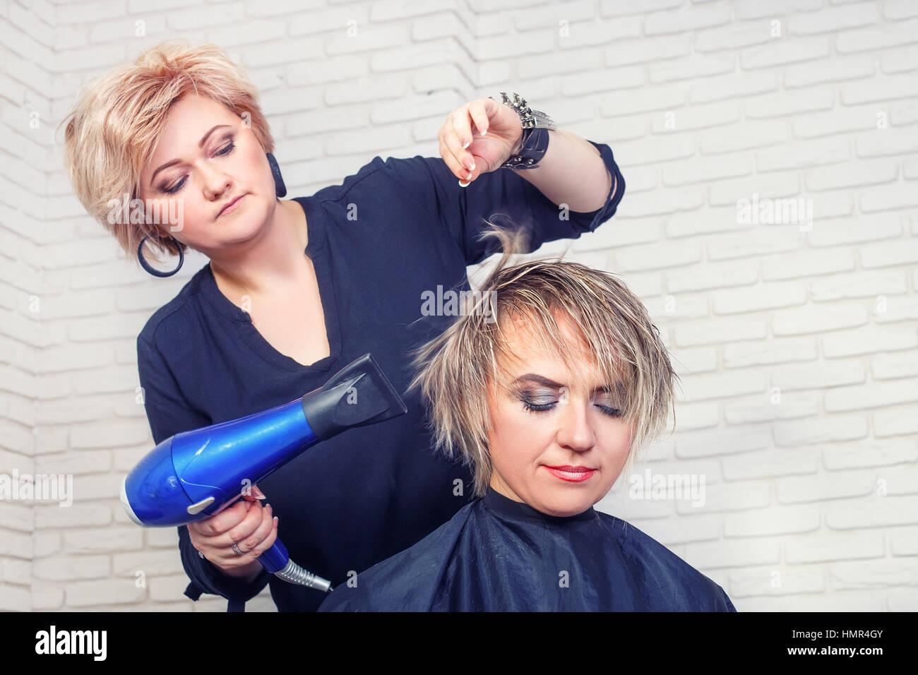 Friseur mit Fön Stockbild