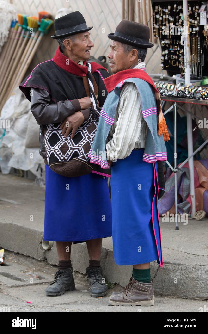 6. September 2016 Silvia, Kolumbien: Guambiano indigenen Männer gekleidet traditionell Kleidung Stockbild