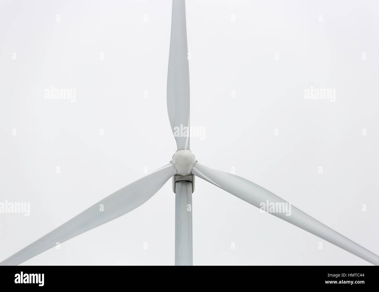 Wind Power Station Close Up mit einem grauen Hintergrund. Stockbild