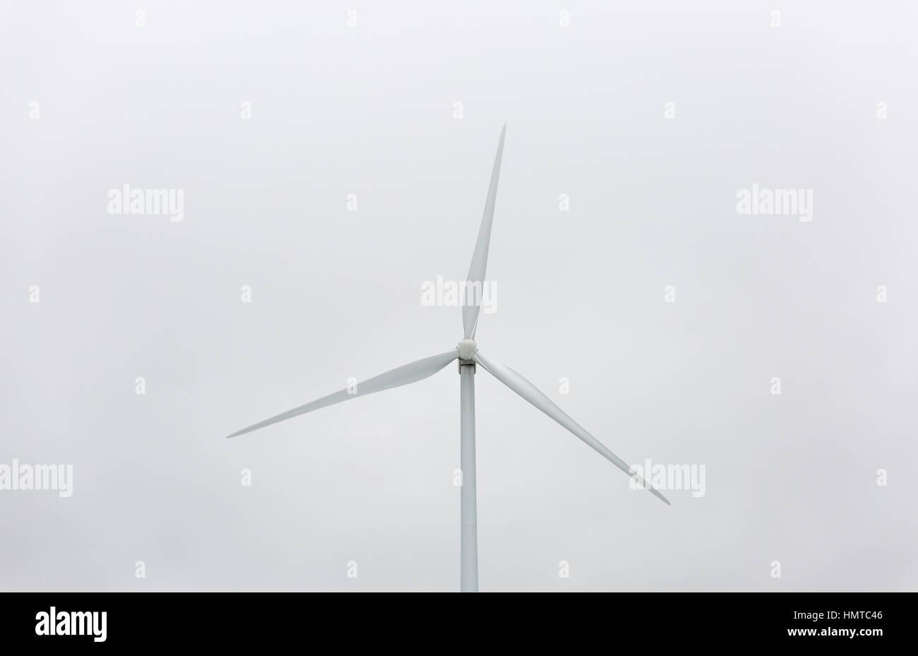 Windkraftwerk mit grauen Himmel. Stockbild