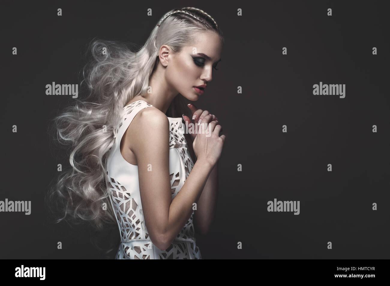 Schones Madchen In Der Kunst Kleid Mit Avantgardistischen Frisuren