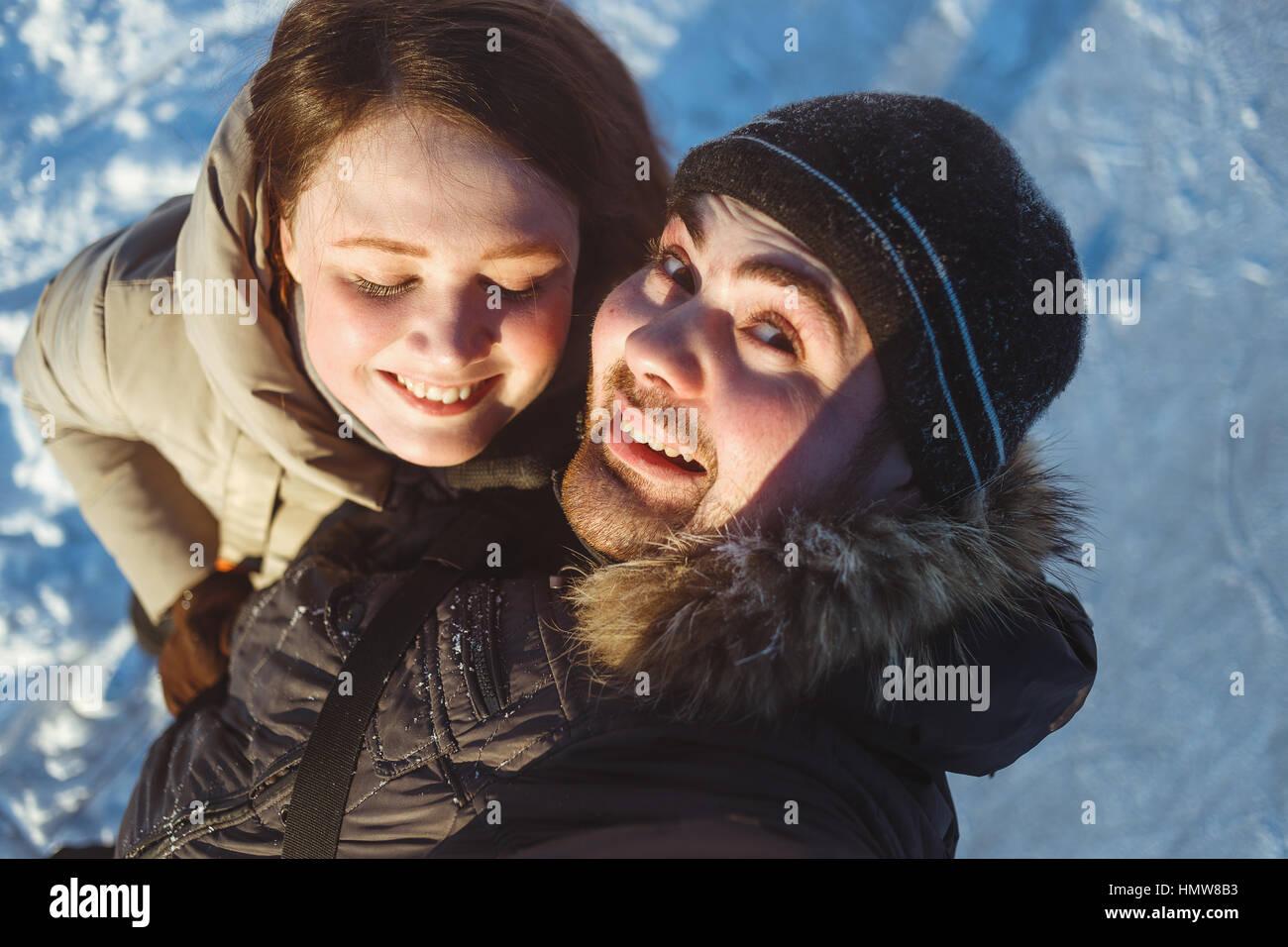 Winter-Porträt von schönen Reisen paar, Wanderer lachend paar, emotionaler Mensch und Zunge Mädchen, Stockbild
