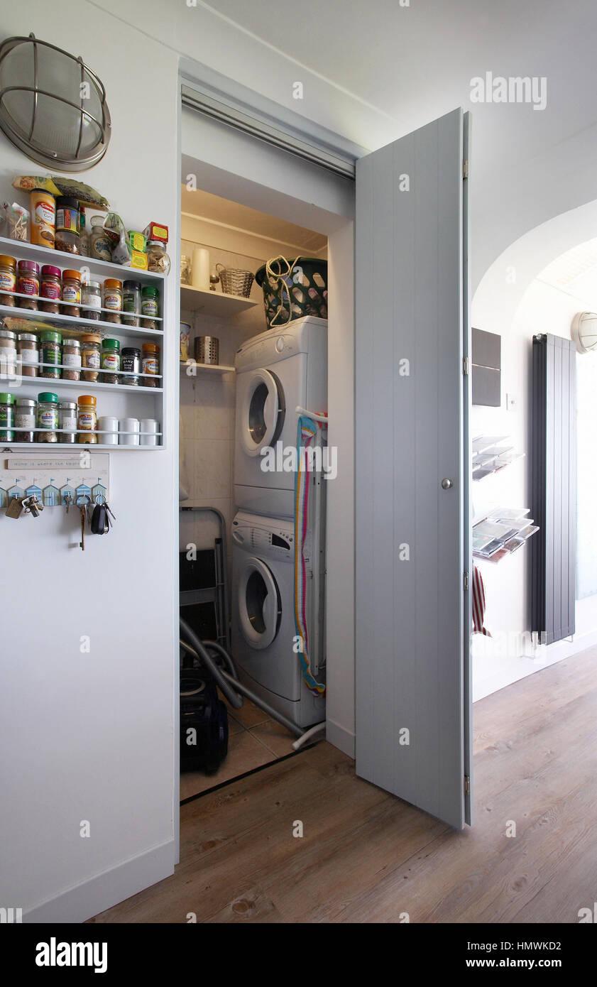 waschmaschine und trockner in der waschk che in einer k che in gro britannien stockfoto bild. Black Bedroom Furniture Sets. Home Design Ideas