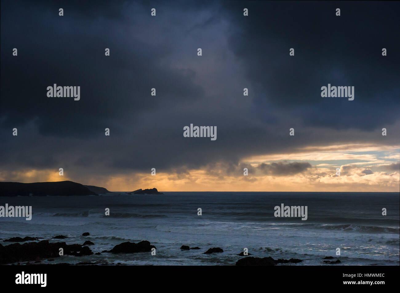 Dunkle, bedrohliche Gewitterwolken gehen über die Küste von Newquay an der Küste von North Cornwall. Stockbild