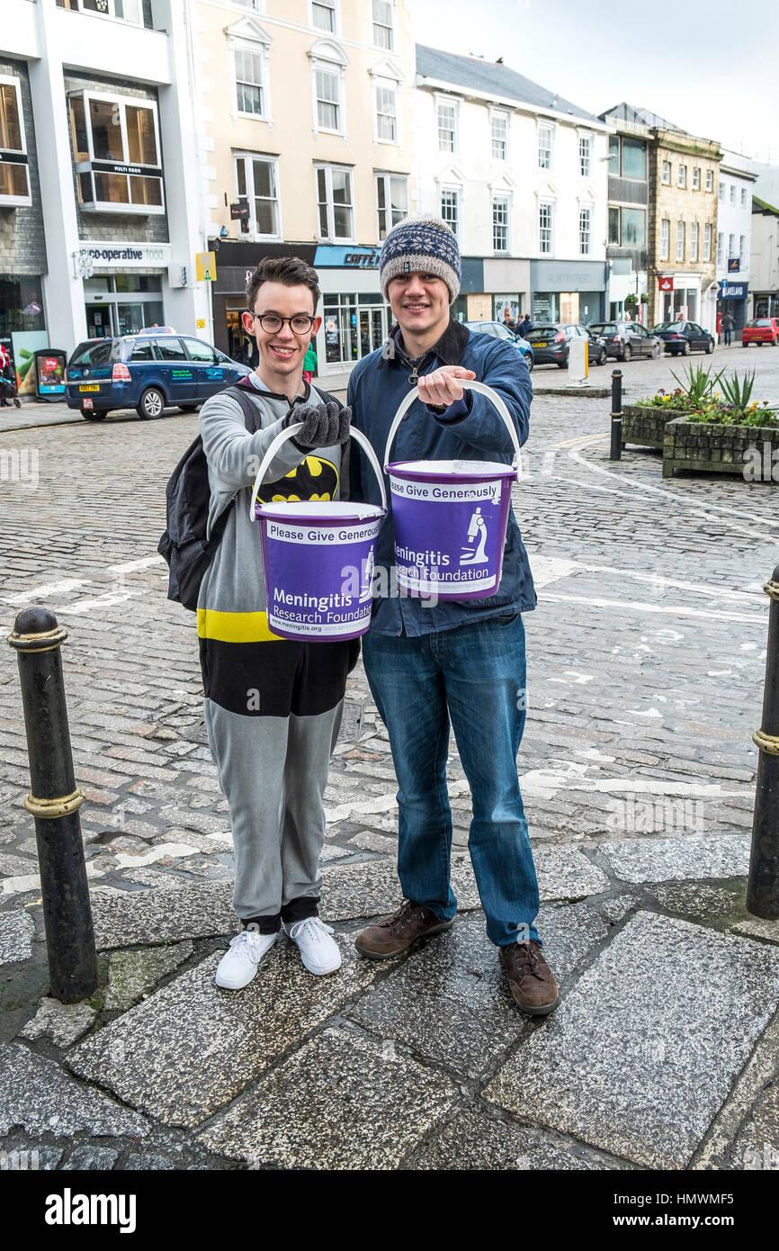 Zwei Freiwillige sammeln Spenden für die Meningitis Research Foundation im Stadtzentrum von Truro, Cornwall. Stockbild