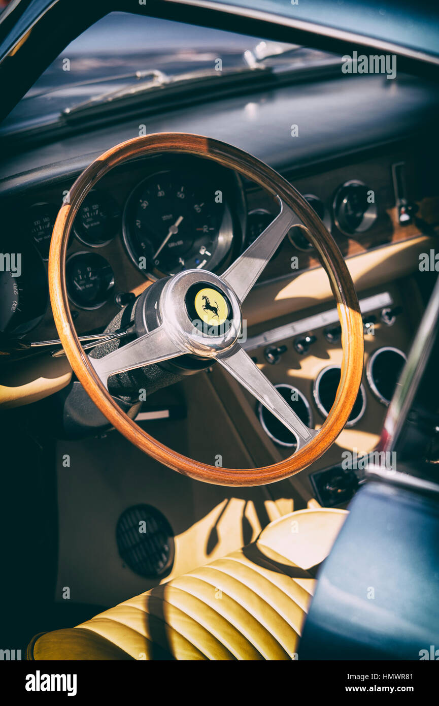 Vintage Ferrari 330 Interieur. Lenkrad und Armaturenbrett mit ...