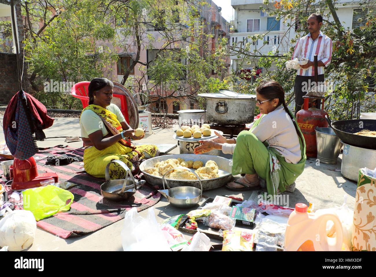 Menschen sind traditionelle indische Küche Bafle und Gatta Curry ...
