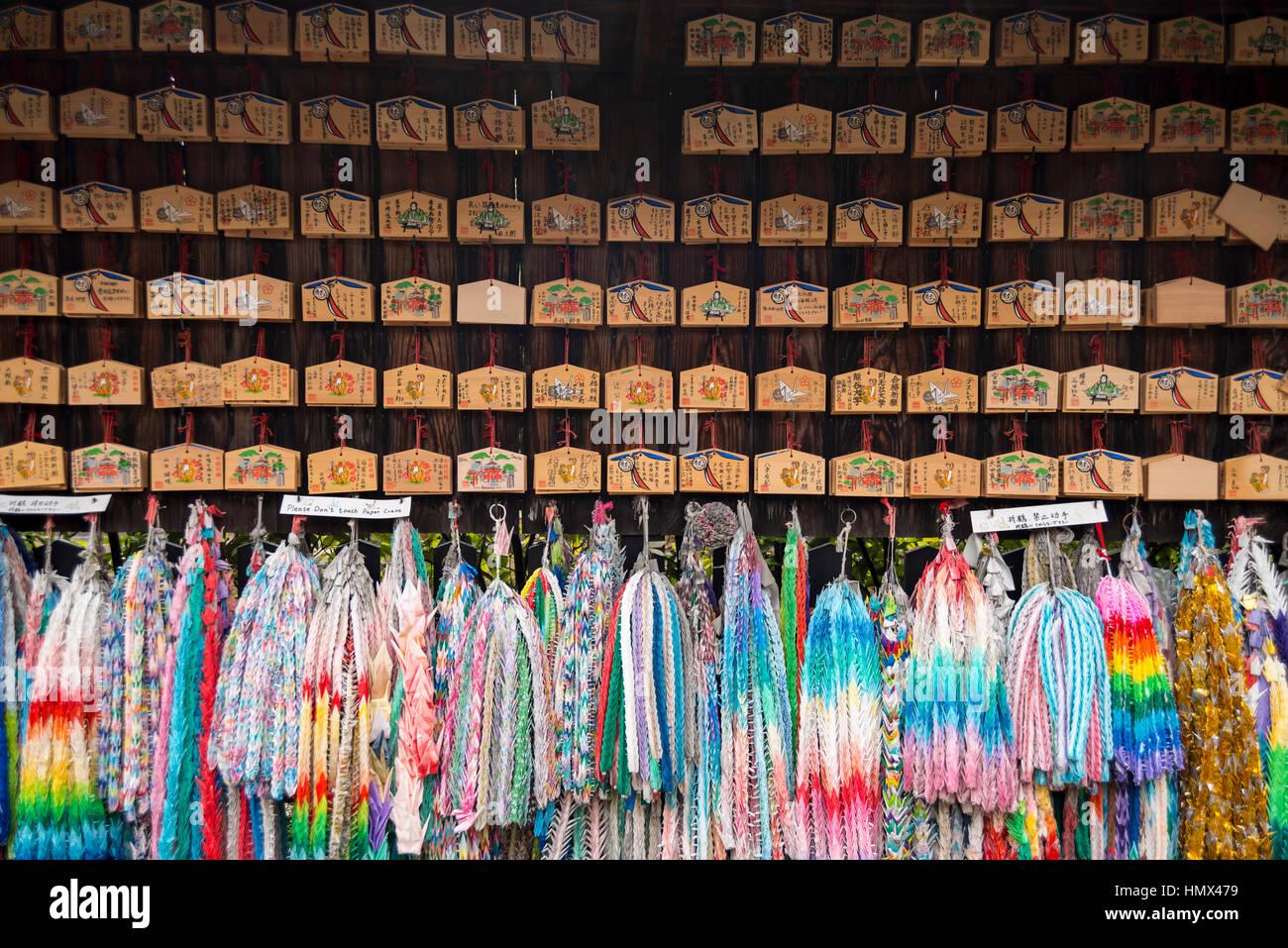 Kleinen hölzernen Tafeln mit Gebete und Wünsche & bunte Kranichen am Fushimi Inari-Taisha (Shinto Stockbild