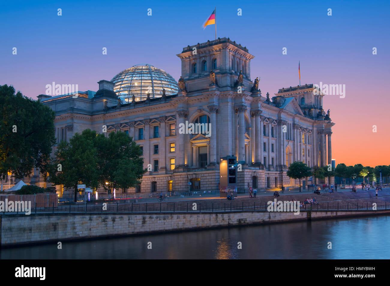 Das Reichstagsgebäude und der Spree entlang in Berlin Stockbild