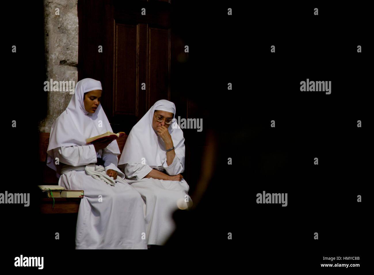 Jerusalem, Israel - 26. Juli 2014: katholische Nonnen Meditation in der Kirche des heiligen Grabes während Stockbild