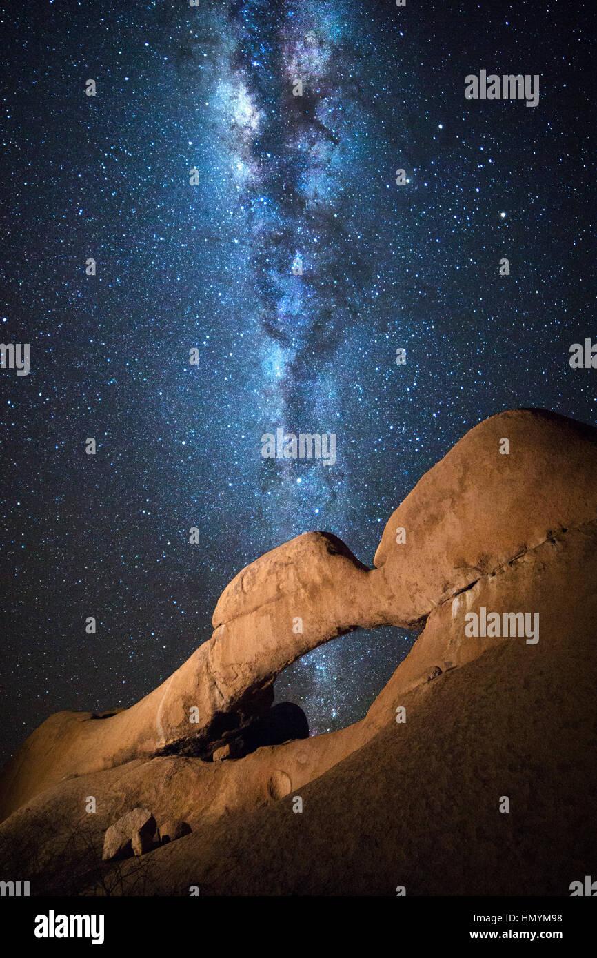 Details des Naturschutzgebietes Spitzkoppe unter der Milchstraße, Namibia. Stockbild