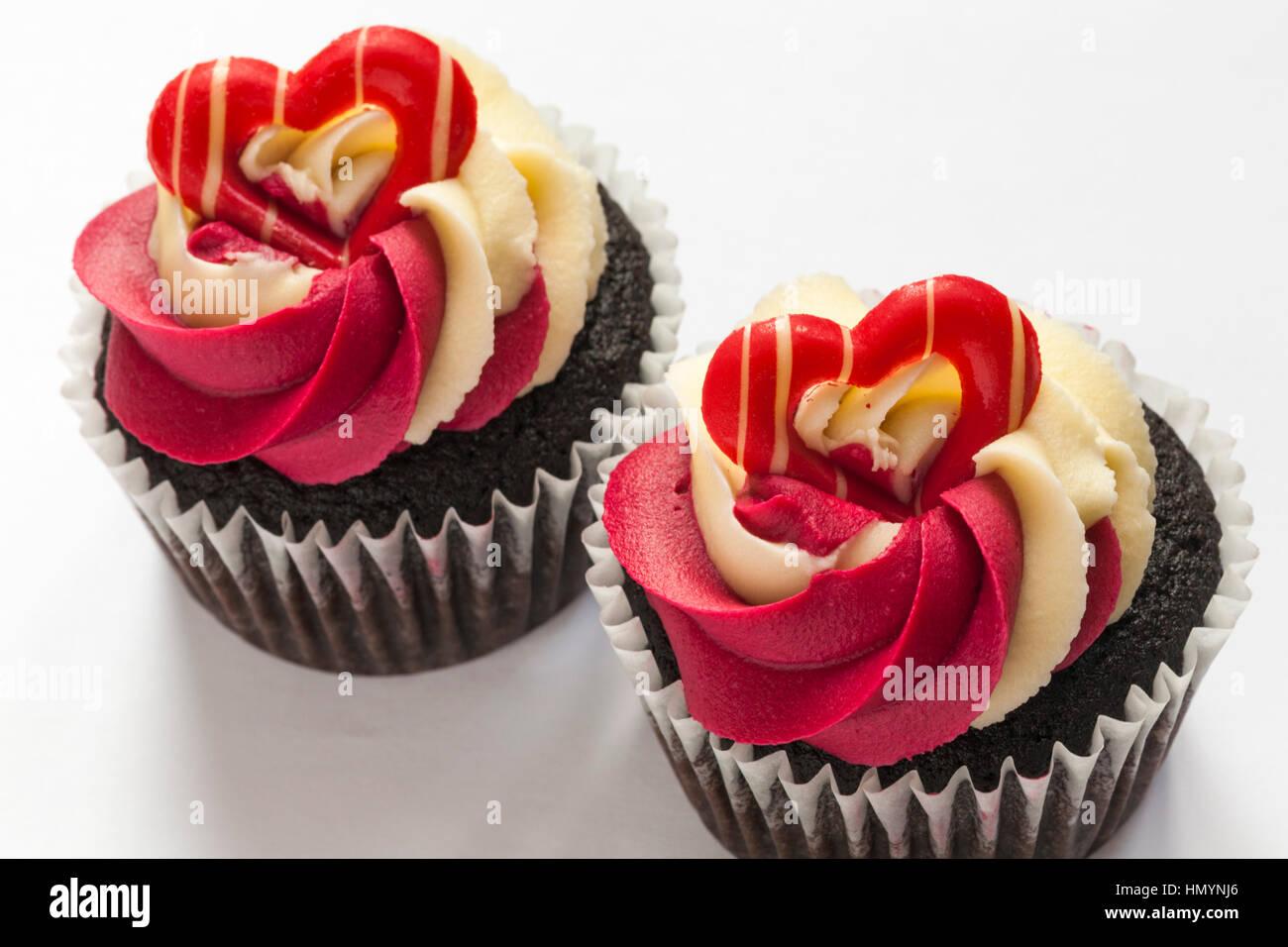 M S Schokolade Himbeere Prosecco Cupcakes Auf Weissem Hintergrund