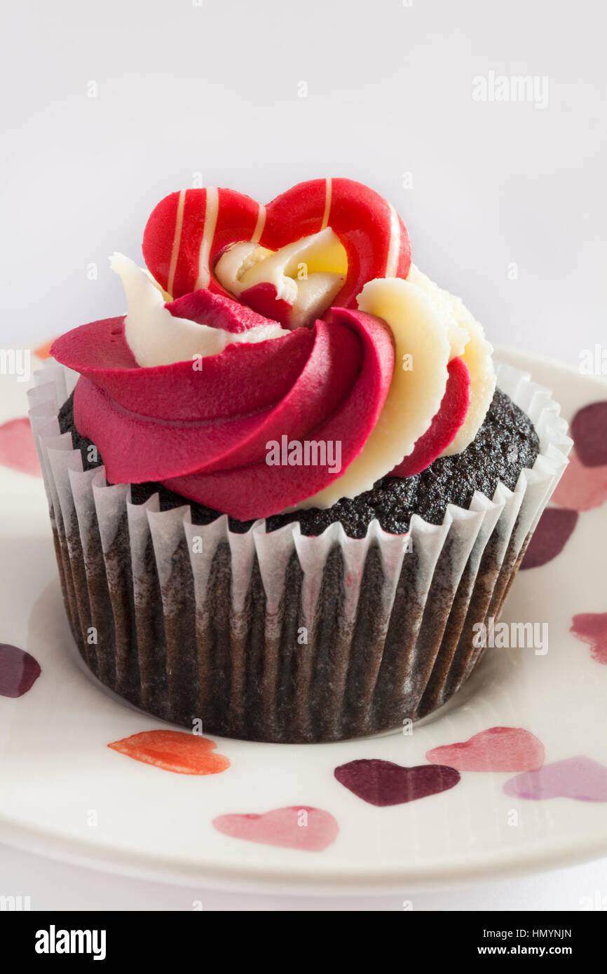 M S Schokolade Himbeere Prosecco Cupcakes Kuchen Auf Herz Teller