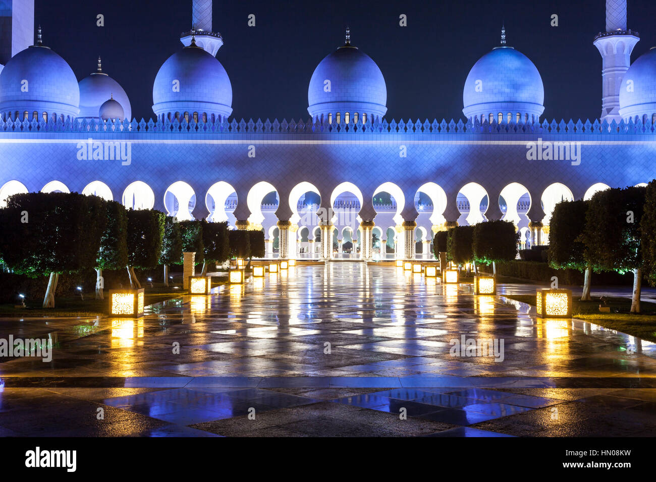 Sheikh Zayed Grand Mosque nachts beleuchtet. Abu Dhabi, Vereinigte Arabische Emirate, Naher Osten Stockbild