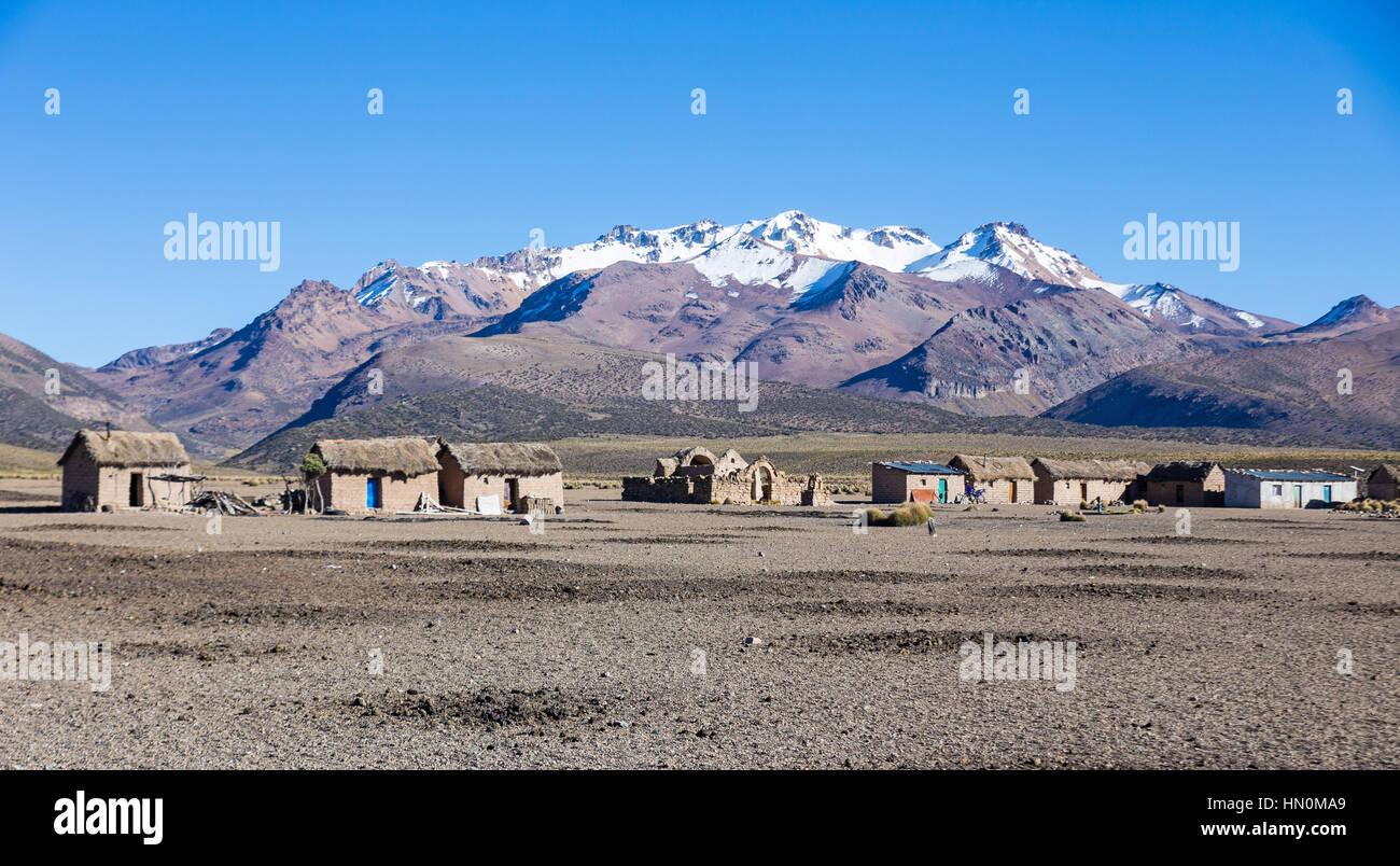 Kleines Dorf des Hirten der Lamas in den Anden. Hohen Anden-Tundra-Landschaft in den Bergen der Anden. Wetter-Anden Stockfoto