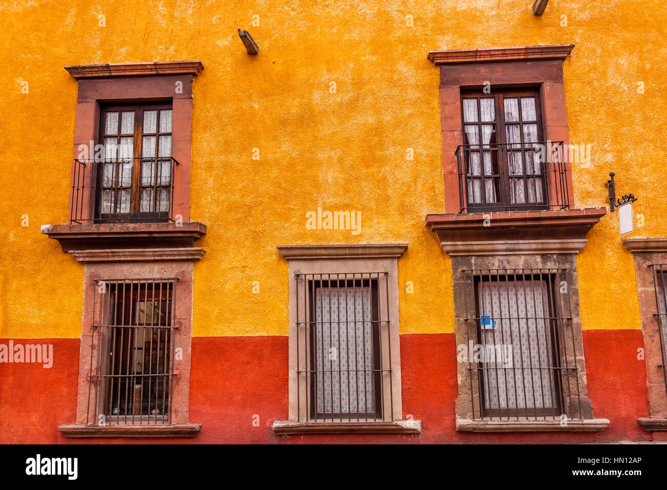 Gelb Rot Wand Braun Windows Metall Tore San Miguel De Allende Mexiko