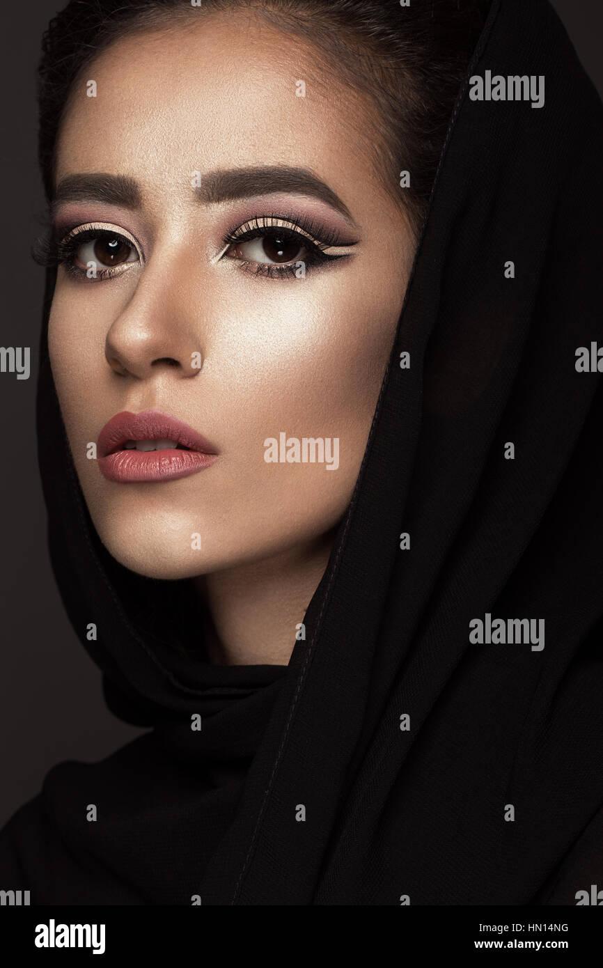 Schone Madchen In Den Arabischen Schal Mit Orientalischen Make Up