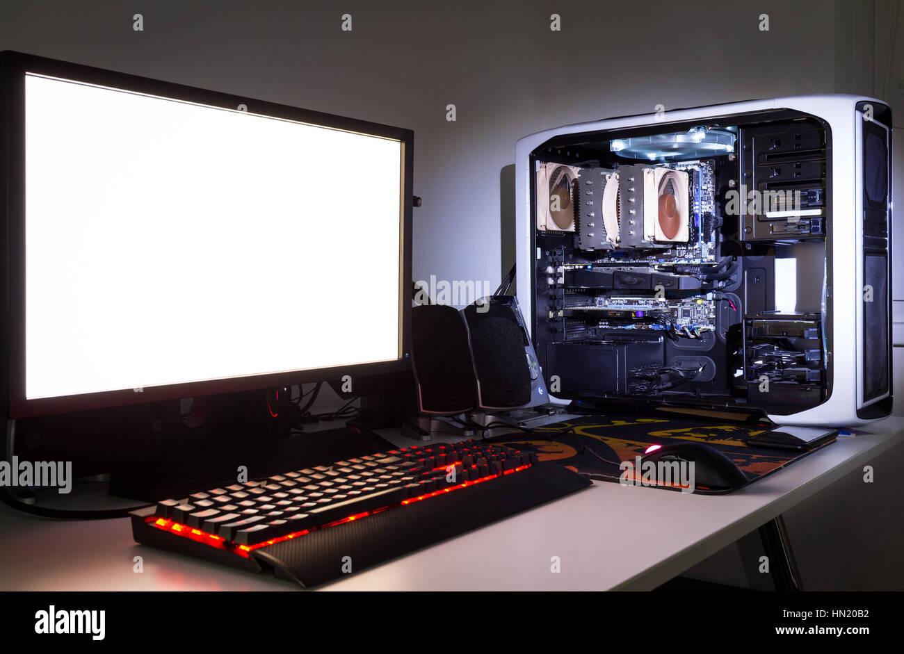 auf mass gefertigt gaming computer mit wei er bildschirm tastatur maus desktop komponenten. Black Bedroom Furniture Sets. Home Design Ideas