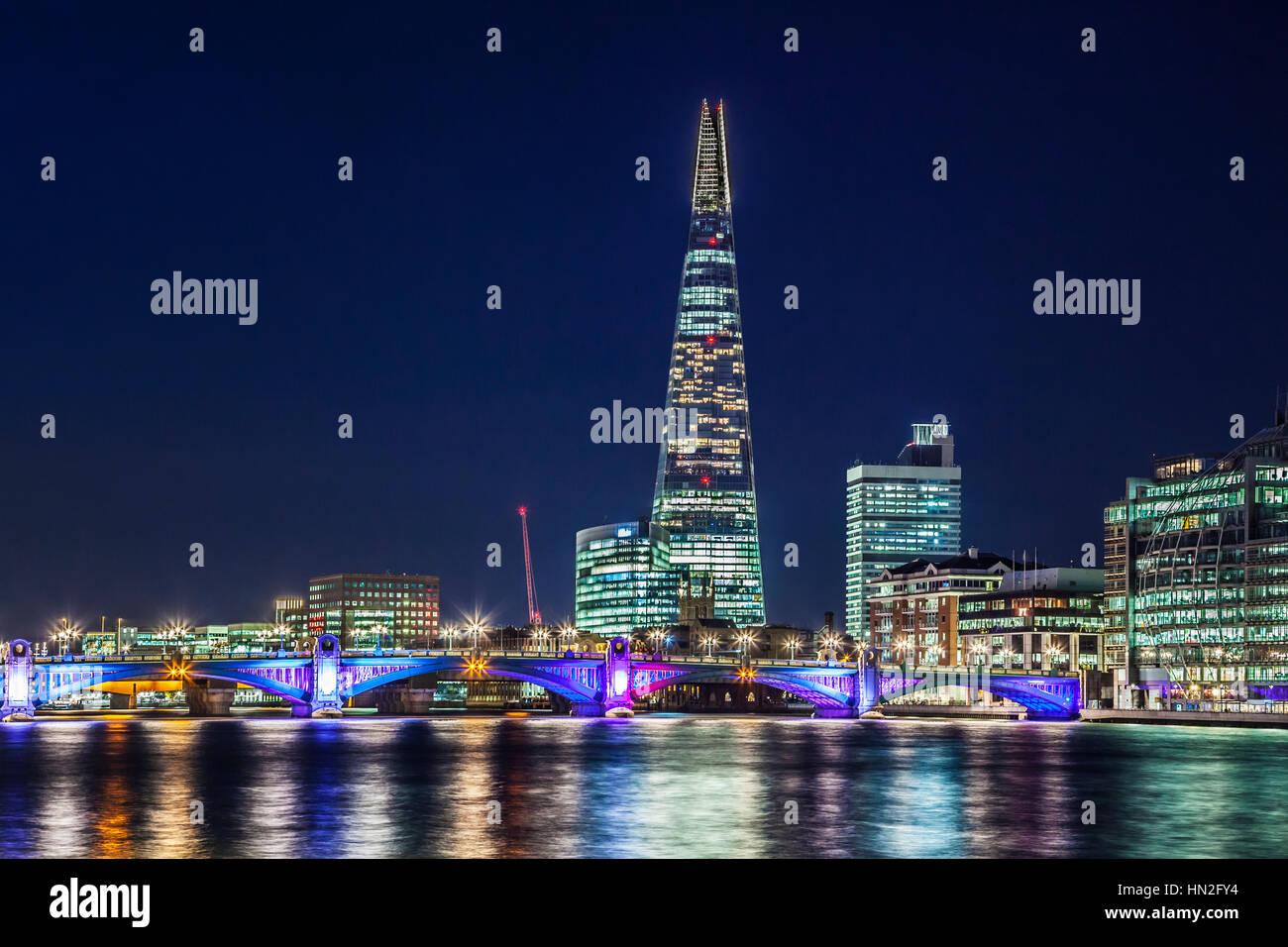Blick auf den Fluss Themse in Richtung Southwark Bridge und die Scherbe in der Nacht. Stockbild