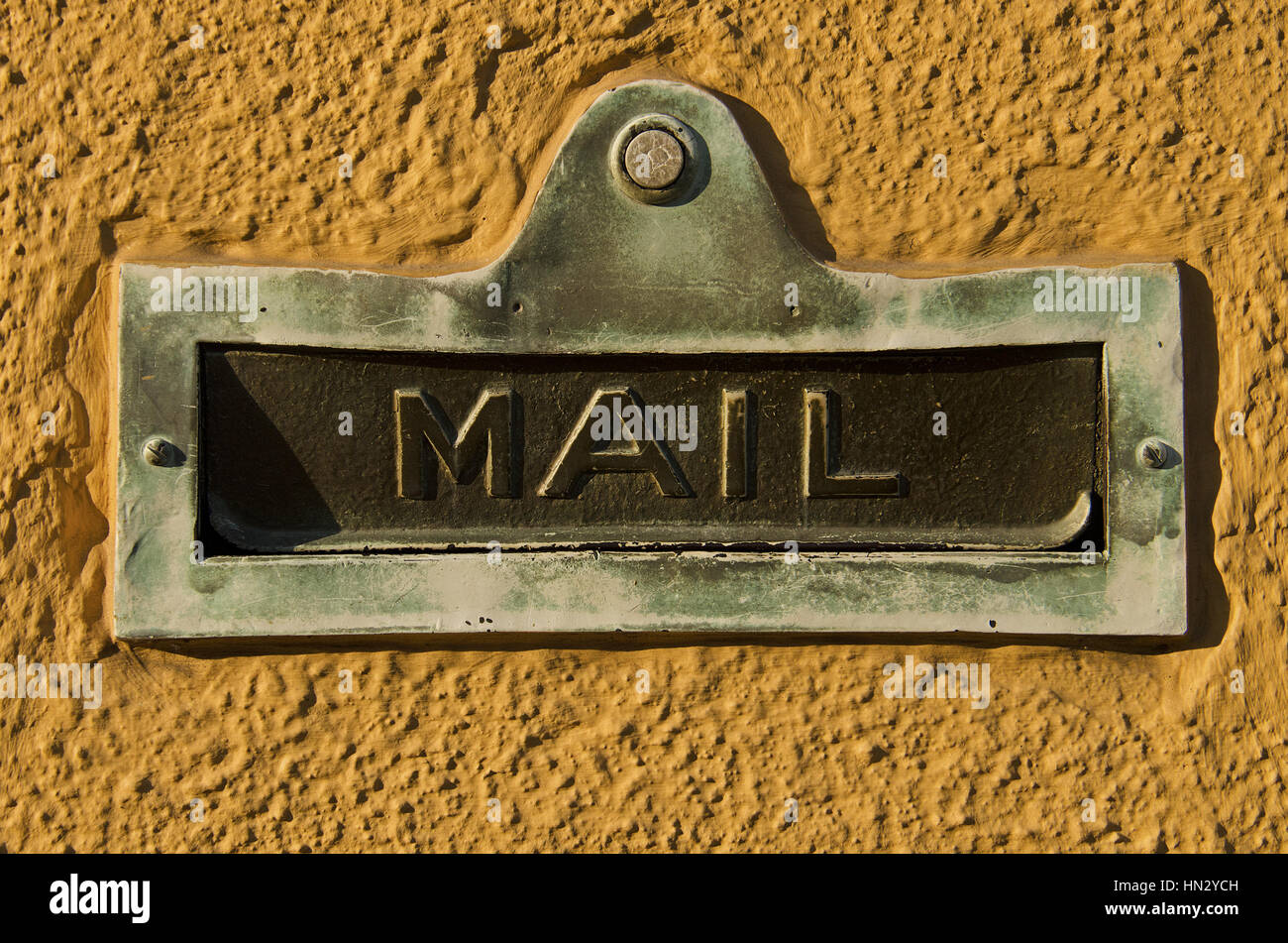Vintage Tür Mailslot an der Wand von gelber Farbe. Stockbild