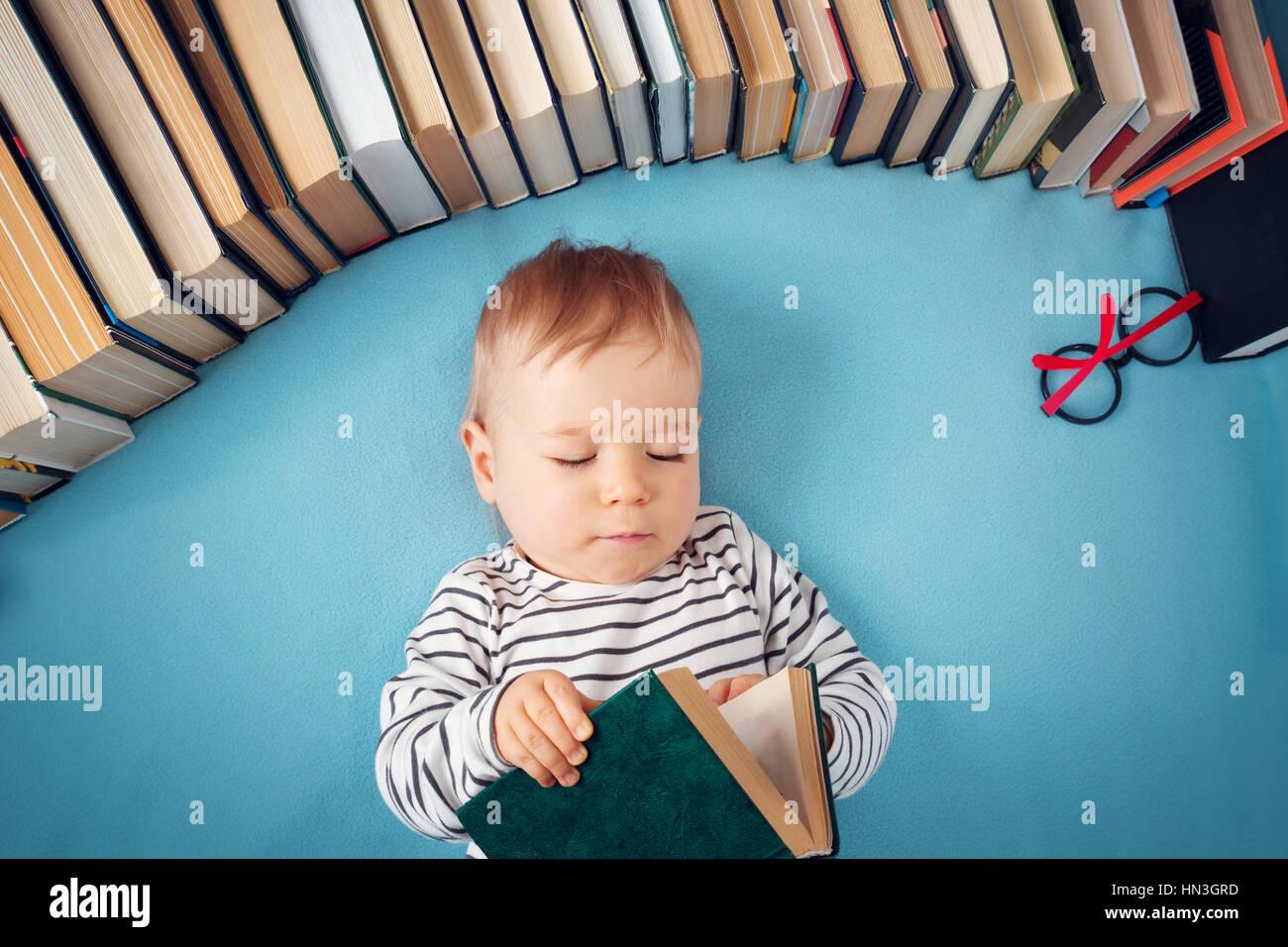 1 Jahr altes Baby mit Spectackles und Bücher Stockfoto