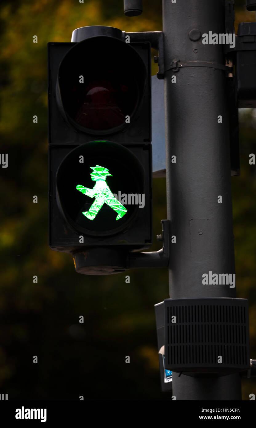 Grüne Fußgängerüberweg Zeichen. Berlin-Deutschland Stockfoto