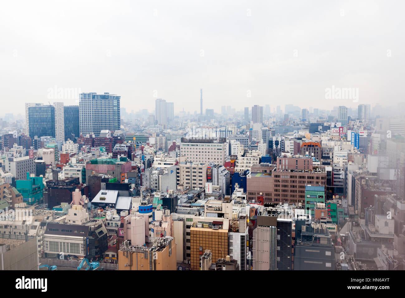 Tokyo, Japan - 2. März 2012: Erhöhten Blick auf die Skyline von Tokio durch das Fenster eines Hotelzimmers Stockbild