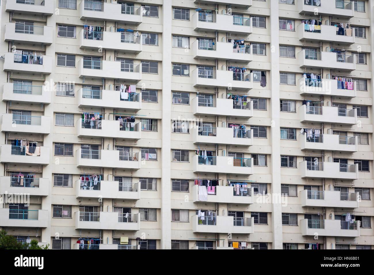 Tokio-25 Mai: Ein basic, Wohn-Hochhaus im Tsukiji Bezirk von Tokyo am 25. Mai 2012. Die Reihen von Fenstern und Stockbild