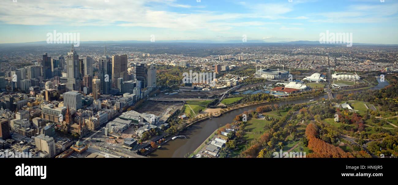 Melbourne, Australien - 14. Mai 2014: Aerial Panorama Blick von Melbourne City, Yarra River & Sportstadien einschließlich Stockbild