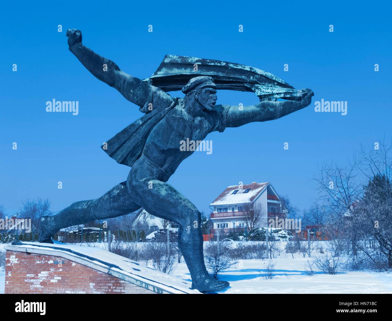 Das Denkmal für die ungarische sozialistische Republik, eine der Statuen im Schnee bedeckt Memento Park, Budapest... Stockbild