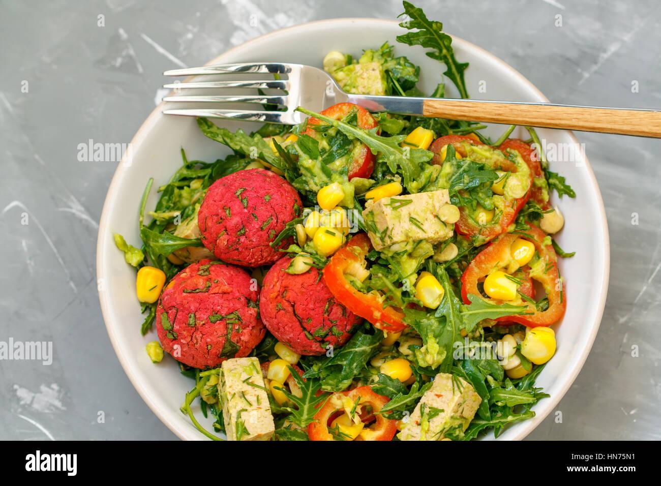 veganes mittagessen salat mit falafel gem se und tofu. Black Bedroom Furniture Sets. Home Design Ideas