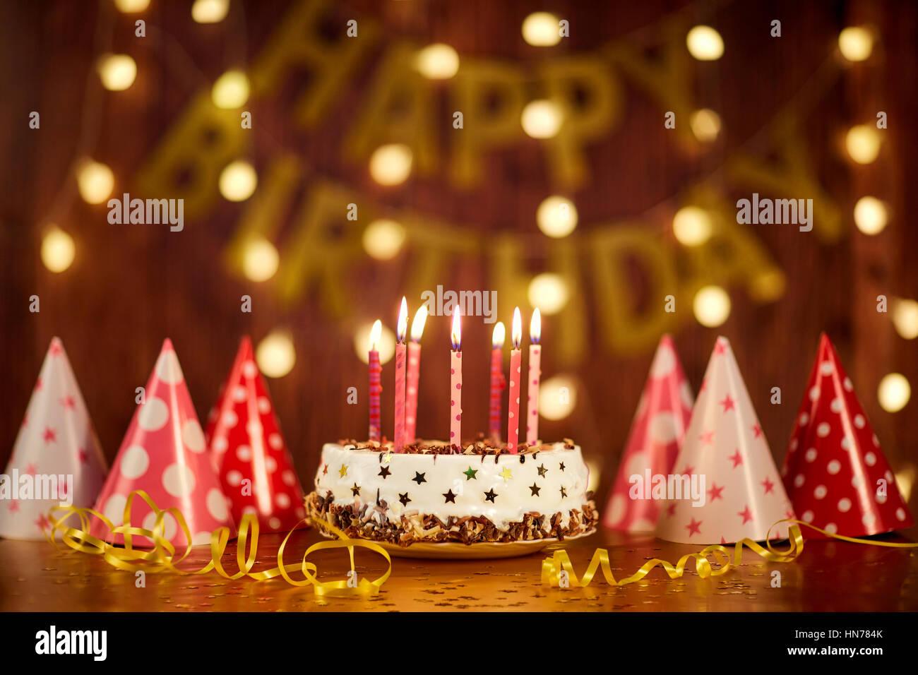 Geburtstagstorte Mit Kerzen Auf Dem Hintergrund Der Girlanden Eine Stockbild