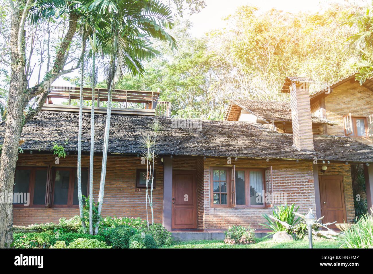 Haus bauen Ziegel und Holz in Natur. weiche Flare Sonnenlicht ...