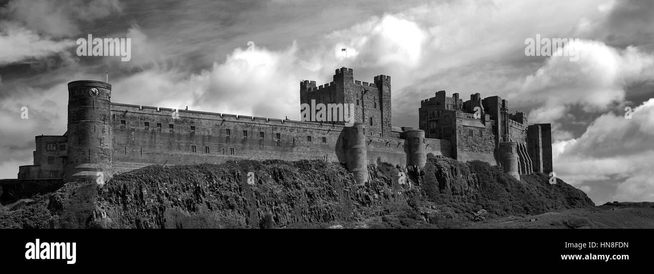 Regenbogen und Sturm, Bamburgh Castle, bamburgh Dorf,northumbrian Küste, northumbria Grafschaft, England, Großbritannien Stockbild
