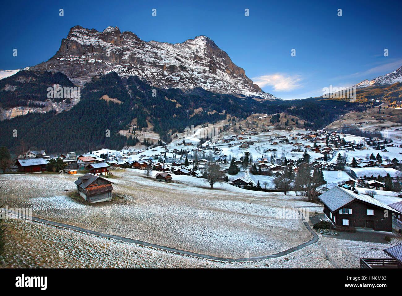 """Grindelwald Dorf, im """"Schatten"""" des Mount Eiger (3,970 m), in den Berner Alpen, Schweiz. Stockbild"""