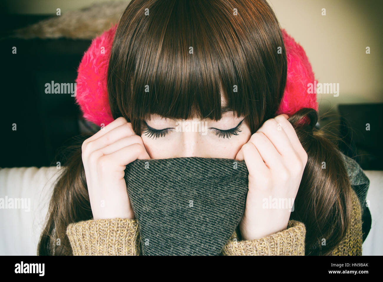 Porträt einer schönen jungen Frau mit Winterkleidung Stockbild