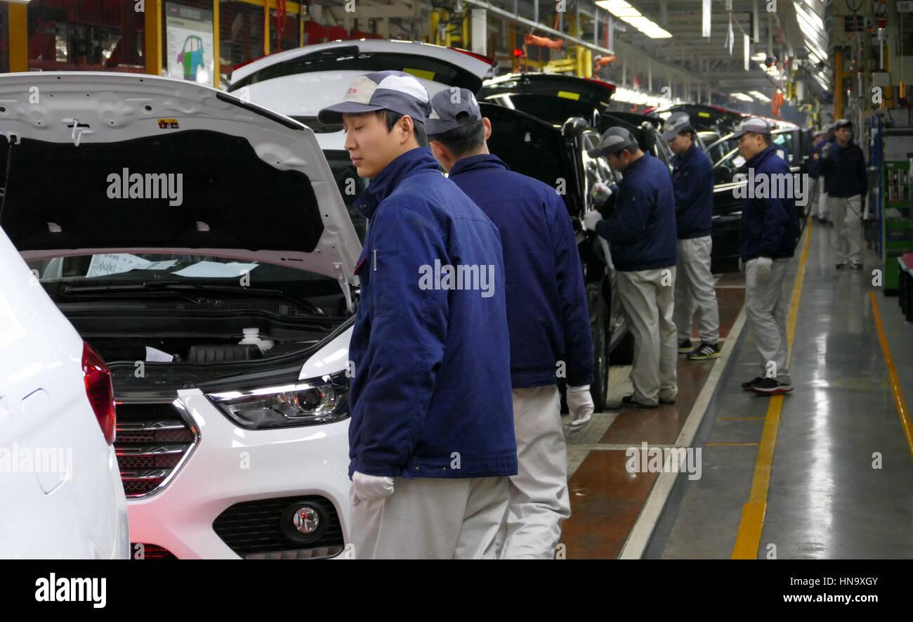 Tianjin, China. 17. Dezember 2016: Arbeiter montieren ein Autos am Fließband in Automobilfabrik Stockbild