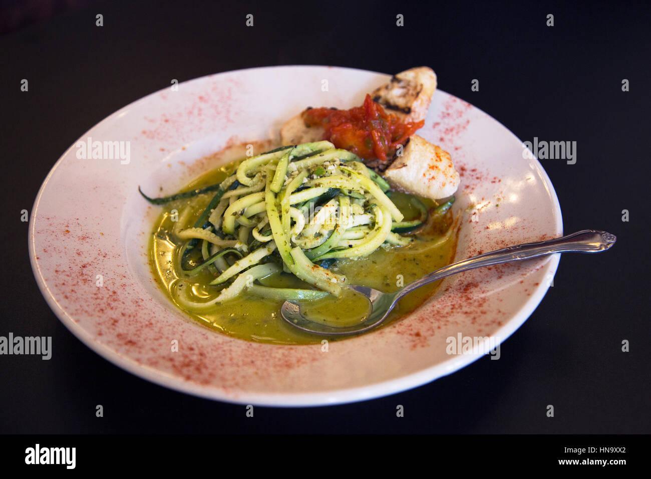 Vegane Mahlzeit: Bänder von Kürbis und Zucchini, Chardonnay-Sauce mit Knoblauch, Zitrone und Kräutern Stockbild